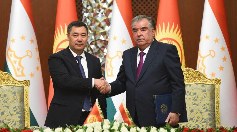 Церемония подписания новых документов о сотрудничестве между Таджикистаном и Кыргызстаном